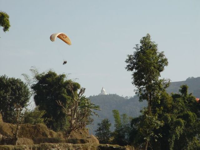 Paragliding mit World-peace-stupa.