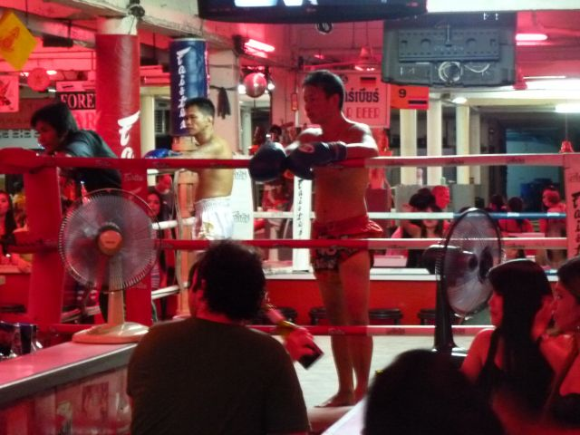Thai-Boxing in einer Bar.